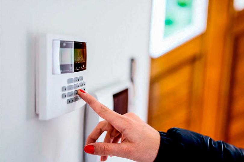 Mulher operando uma das opções para alarmes para casas em Osasco