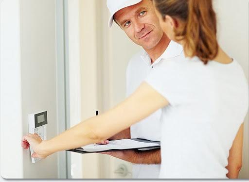 Homem instalando um dos alarmes para casas em osasco dentro de uma residência