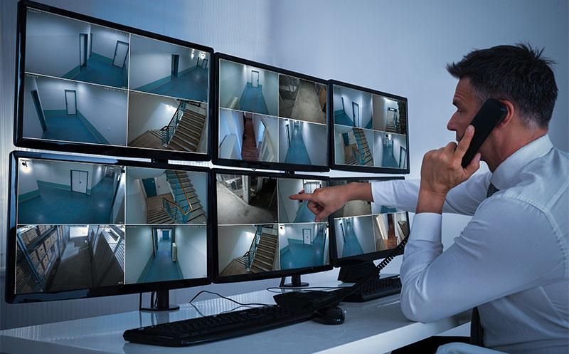Profissional de segurança trabalhando em um sistema CFTV