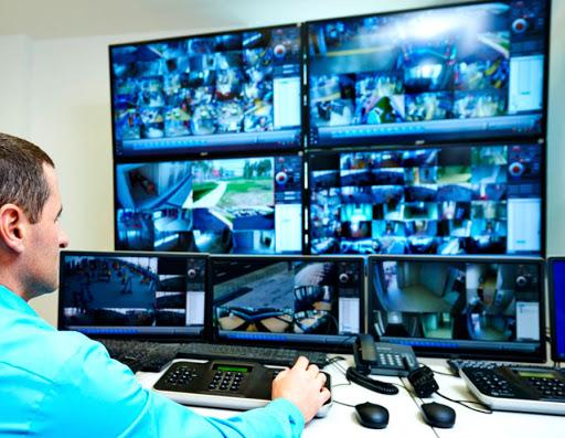 Homem trabalhando em um sistema CFTV