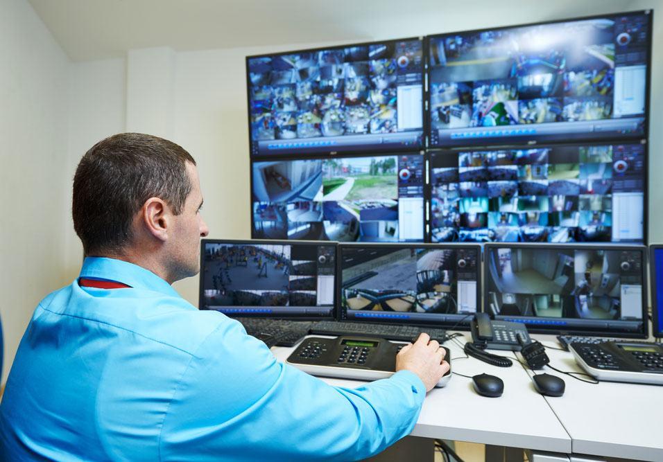 Especialista em segurança trabalhando em Portaria Remota