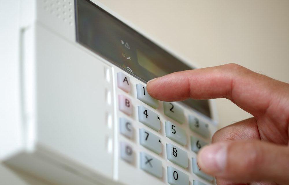 Pessoa mexendo em um kit alarme monitorado
