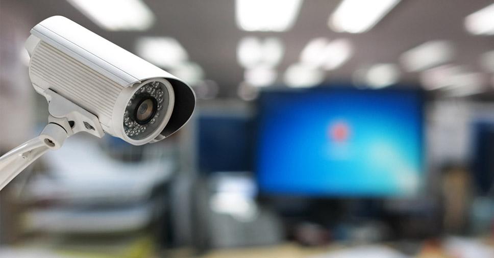 Câmera de uma empresa de segurança eletrônica como apoio para monitoramento