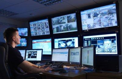 Homem trabalhando em uma empresa de segurança em Osasco SP