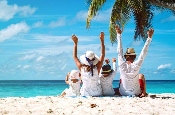 Família feliz em uma praia