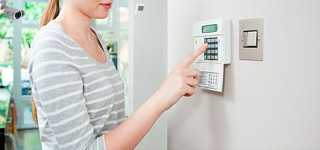 Mulher com dúvidas sobre como funciona alarme monitorado