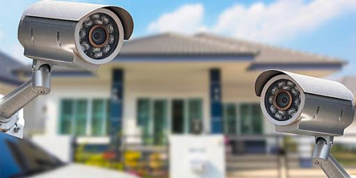 Câmeras de segurança permitindo que profissionais visualizem o que está acontecendo em frente a uma casa