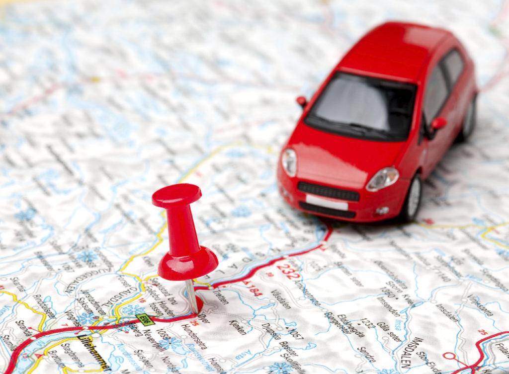 Carro de brinquedo em cima de um mapa para simbolizar rastreador veicular