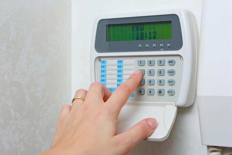 Mulher ativando um alarme monitorado